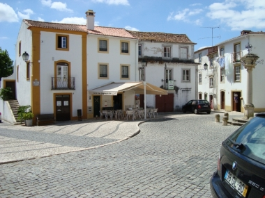 O Café da Praça and Esplanade, close to the Pilory
